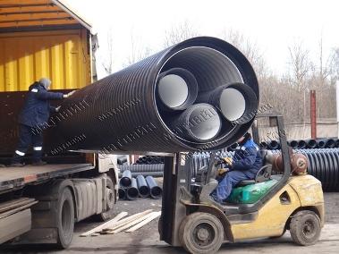 разгрузка машины с большой трубой